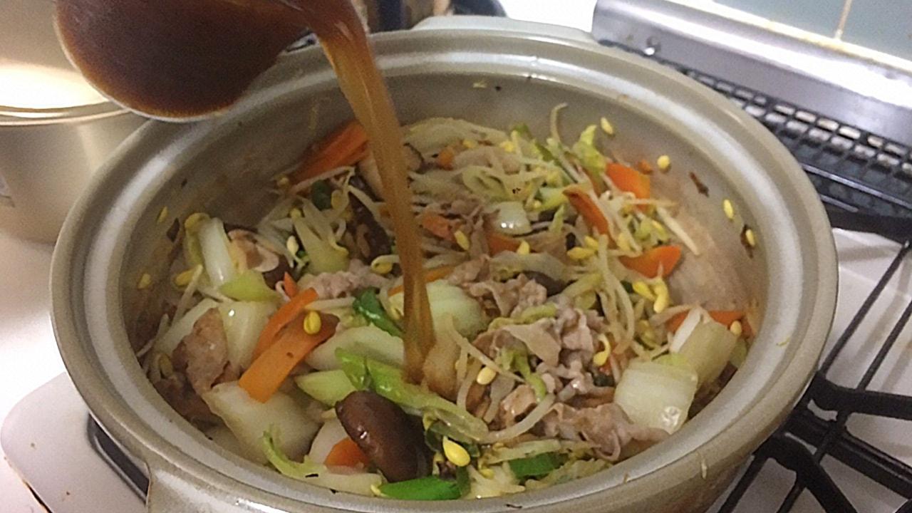 鍋にスープを注ぐ